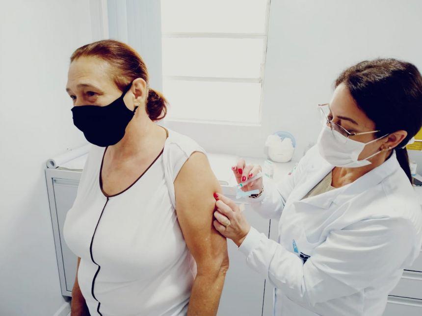 Pessoas com mais de 60 anos começam a receber imunização contra Influenza nessa terça-feira (11) em Cafelândia