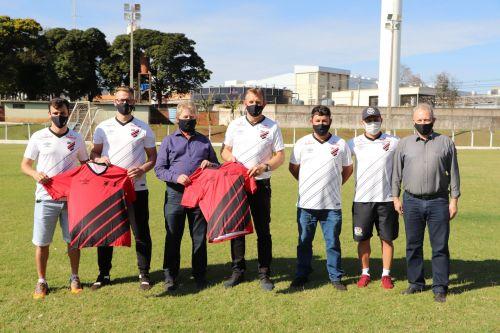 Governo de Cafelândia entrega os uniformes aos atletas da escolinha do furacão