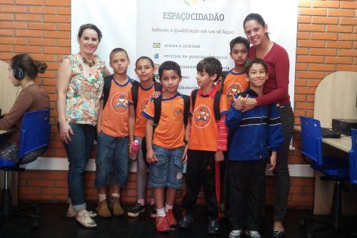 Uma turma de nove alunos da professora Patrí