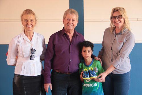 Crianças do Central Santa Cruz recebem chuteiras do Projeto Jovens Talentos