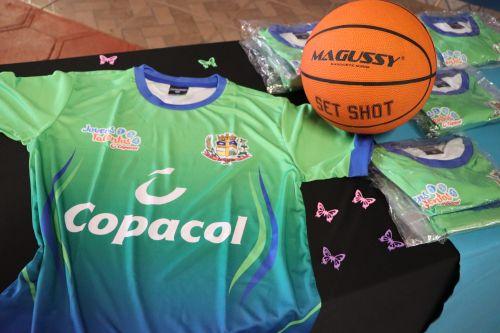 Governo de Cafelândia e Copacol entregam os kits esportivos do Jovens Talentos no Central Sta. Cruz