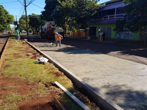 Equipe faz a concretagem do estacionamento da Av. Des. Munhoz de Mello de Cafelândia