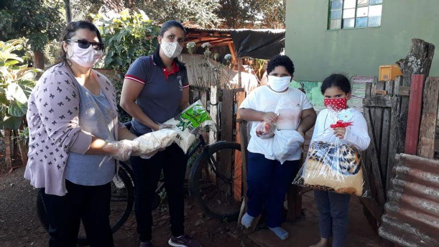 Curumim de Yolanda recebe doação e repassa mantas para famílias do projeto