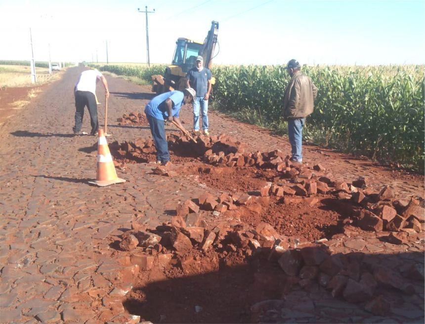 Buracos na Estrada Mato Grosso estão sendo eliminados para maior segurança e conforto aos usuários