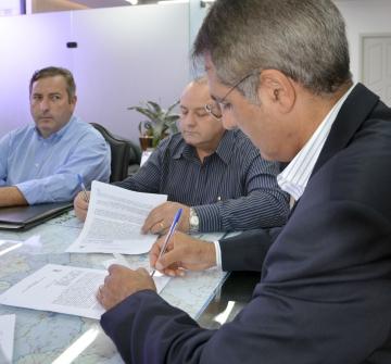 Sebastião Osmar Beraldo assinou o documento junto com o secretário Pepe Richa