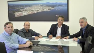 A assinatura aconteceu em Curitiba, na Secretaria de Infraestrutura e Logísitica