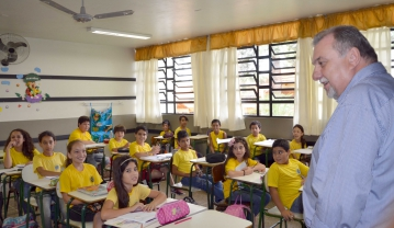 Para o prefeito, investir em educa��o � garantir que os cidad�os do futuro sejam participativos e importantes nas decis�es do Pa�s