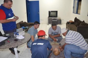 Procedimentos b�sicos de primeiros socorros, como reanima��o cardio-respirat�ria, foi um dos temas da aula pr�tica