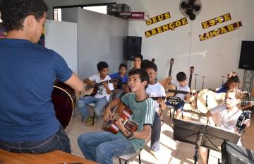 As aulas de música são ministradas no contraturno da escola integral