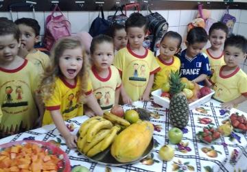 As crianças aprenderam a importância de se fazer uma boa alimentação utilizando de frutas
