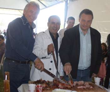 O prefeito anfitrião, Beto Costa, ladeado pelo presidente da Comcam (esquerda) e pelo prefeito de Campo Mourão (direita)