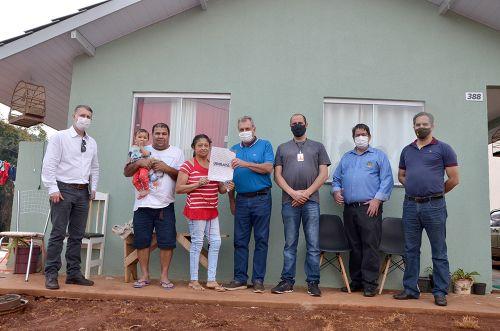Casas populares em Yolanda e Ubiratã foram entregues para as famílias