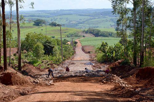 Trecho de Estrada Sibele está sendo pavimentado com pedras poliédricas