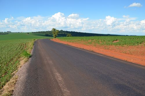 Estrada Medeiros recebeu pavimentação asfáltica sobre as pedras poliédricas