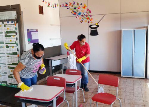 Todas as salas das escolas e CMEIs sendo devidamente higienizadas para receber os alunos