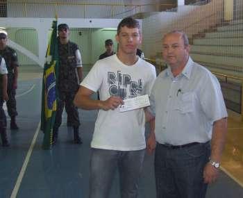 Presidente do Legislativo, Sebastião Osmar Beraldo, também participou da entrega de CDI aos jovens