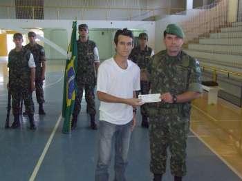 O subtenente Juarez Dias Gonçalves entregou a CDI para um dos jovens