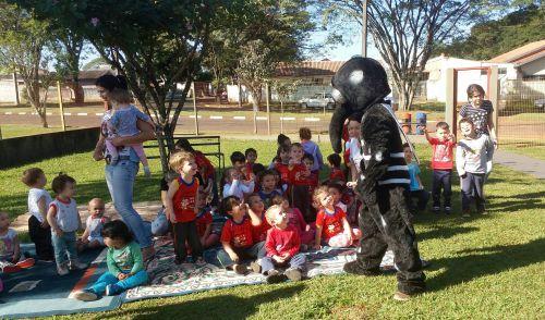 Agentes de endemias ensinam para crianças perigos da dengue através de teatro