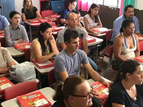 Alunos da Rede Municipal de Ensino recebem livros didáticos e professores e gestores formação para trabalhar com o material