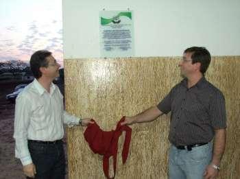 O vice-prefeito de Ubiratã e o presidente da Apae local descerraram a placa inaugural do barracão destinado a equoterapia