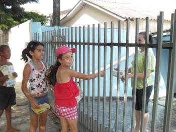 No Conjunto Novo Ubiratã, crianças distribuíram panfletos que alertam sobre os perigos da dengue