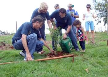 Os visitantes se comprometeram em voltar para rever a evolução da muda plantada por eles