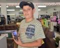 Douglas Roberto ganhou o celular por ser o que mais recolheu garrafas; foram 192 unidades
