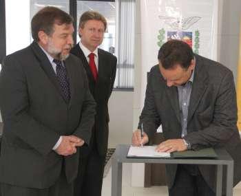 O convênio que repassou R$ 150.000,00 para modernizar a escola do Distrito de Yolanda foi assinado nessa quarta-feira em Curitiba