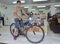 O pequeno Douglas Roberto também ganhou, através de sorteio, a bicicleta; ele era o portador do cupom de número 688