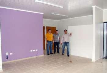 Prefeito e secretários durante visita ao PSF da Vila Esperança