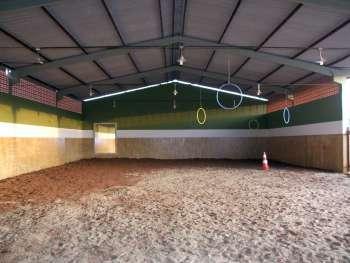 O espaço destinado a equoterapia localiza-se em um barracão construído ao lado da escola