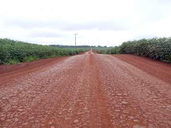 O serviço executado pela secretaria garante que as estradas suportem o tráfego intenso de veículos pesados