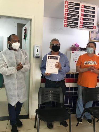 PREFEITO RECEBENDO DO SECRETÁRIO DE SAÚDE O PLANO MUNICIPAL DE VACINAÇÃO DO COVID-19