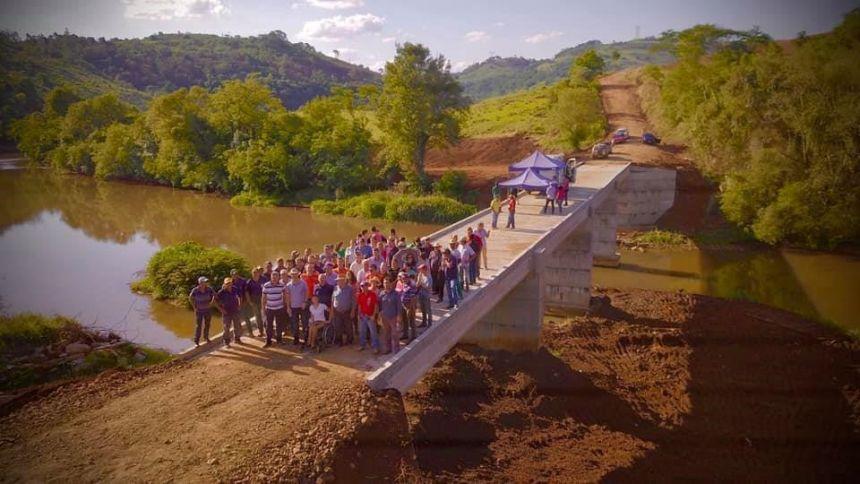 Construção da ponte Rio Corumbataí