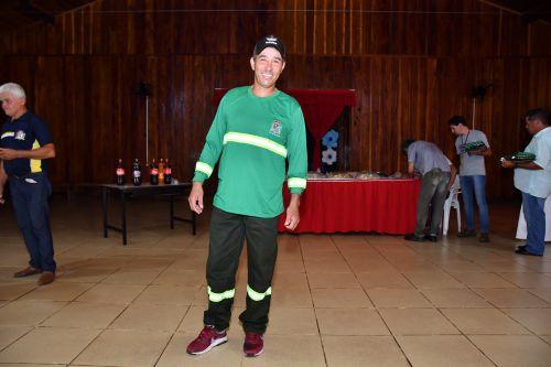 Agentes de limpeza pública recebem uniformes em São João do Ivaí