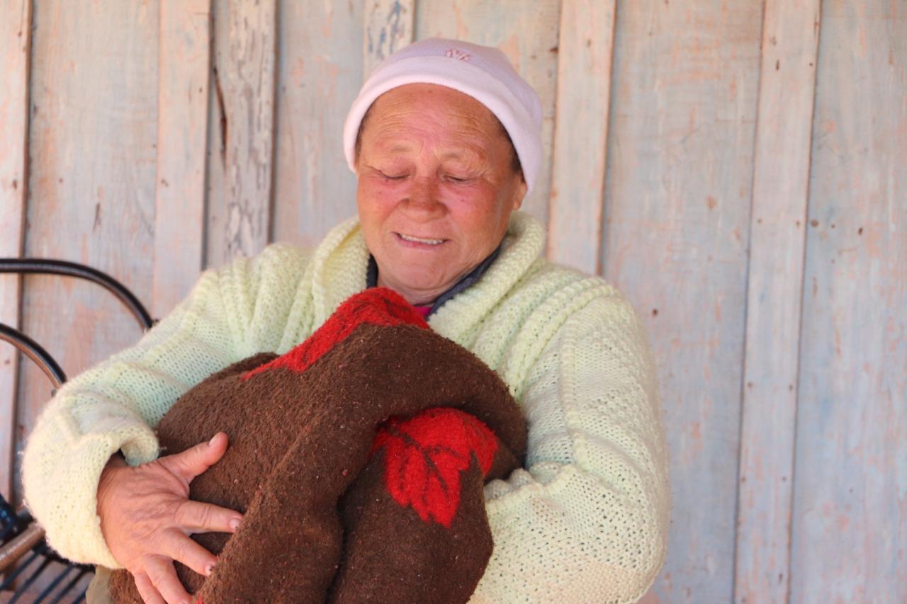 Edredons e mantas são entregues pela Assistência Social no interior de Assis chateaubriand
