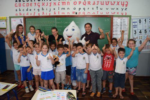 Durante a semana o mascote da campanha, Zé Gotinha, junto ao secretário de Saúde, Agnaldo Vieira e equipe, visitou as escolas para incentivar a todos a atualizar a caderneta de vacinação