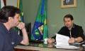 O representante da empresa Caravaggio assinou o contrato nesta sexta-feira (21)