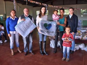 Primeira dama Franciane entregou os cobertores às famílias cadastradas no Bolsa Família