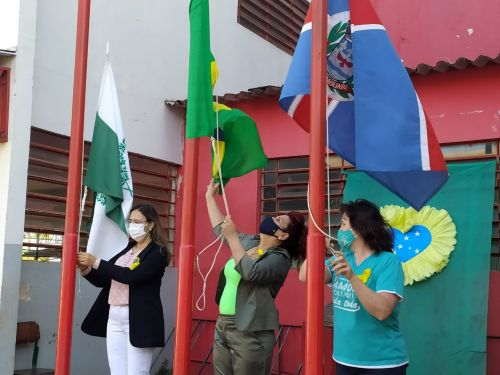 Prefeita Ivon�ia inicia comemora��es da Semana da P�tria.