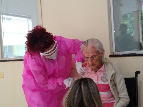 Idosa de 104 anos foi a primeira a ser vacinada no Asilo São Vicente de Paulo