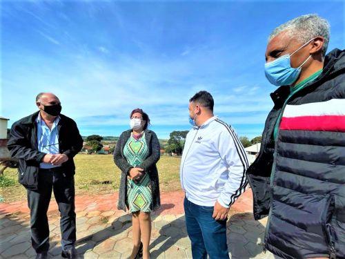 Prefeita visita o bairro Vila Verde, acompanhada por vereadores e secret�rios: Meu Campinho � vista.