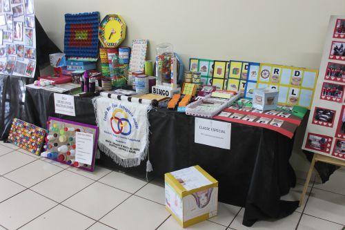 Educação inclusiva expõe trabalhos no hall de entrada da prefeitura