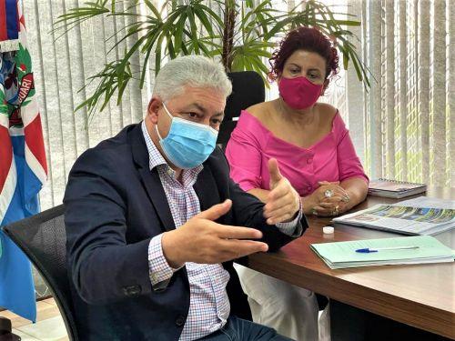 Deputado Douglas Fabr�cio, em reuni�o nesta sexta (25) ao lado da prefeita Ivon�ia Furtado.