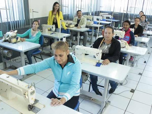 CRAS realiza cursos na área de costura industrial