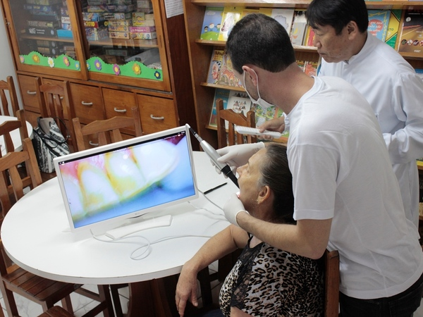 Grupo de dentistas voluntários levam projeto nacional aos idosos no Espaço Conviver